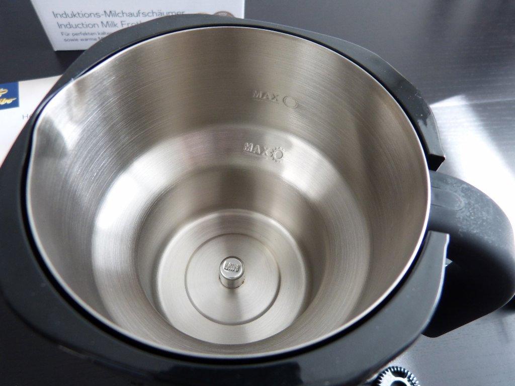 1f8b1ba38d Da der Milchaufschäumer mit Induktionstechnik arbeitet, ist der Rühreinsatz  magnetisch. Nach dem Andocken hängt dieser leicht über dem Boden des  Behälters.